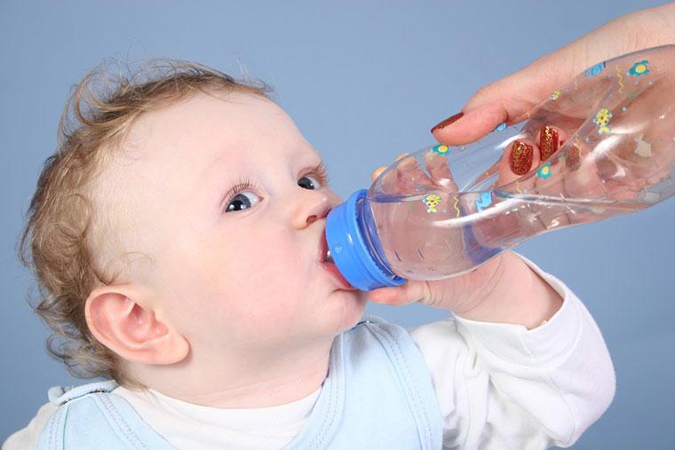 Có nên cho trẻ sơ sinh uống nước sau khi bú