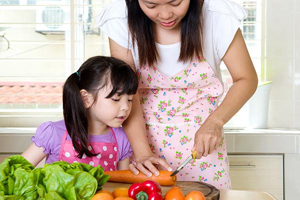 Kết quả hình ảnh cho bé vào bếp
